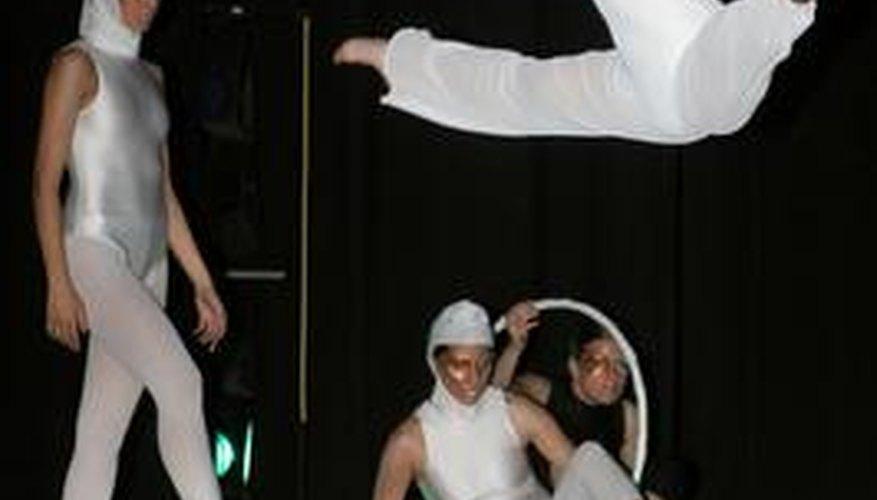 Los bailarines interpretan una variedad de danzas diferentes, entre ellas: tap, jazz, ópera, musicales, videos y muchas más.