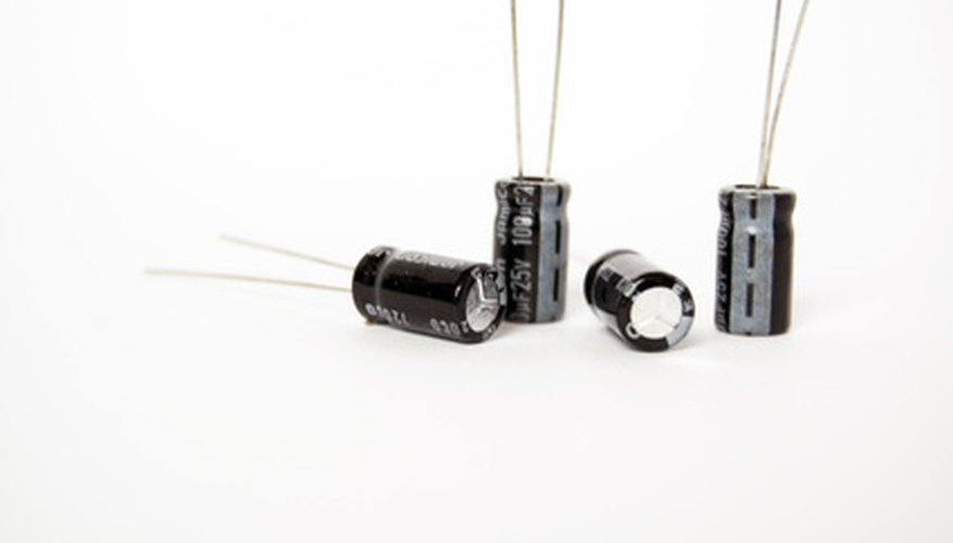 Puedes medir el voltaje a través de un condensador electrolítico con un multímetro.