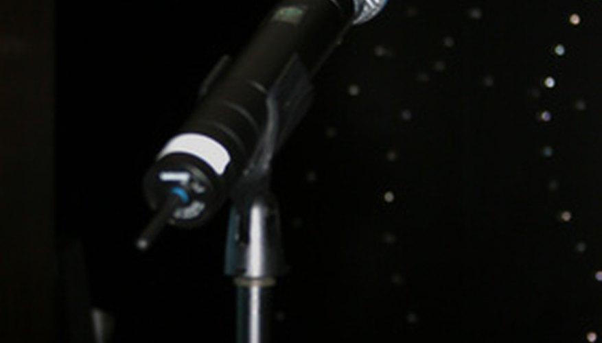 Párate frente al micrófono y muestra tus habilidades para cantar.