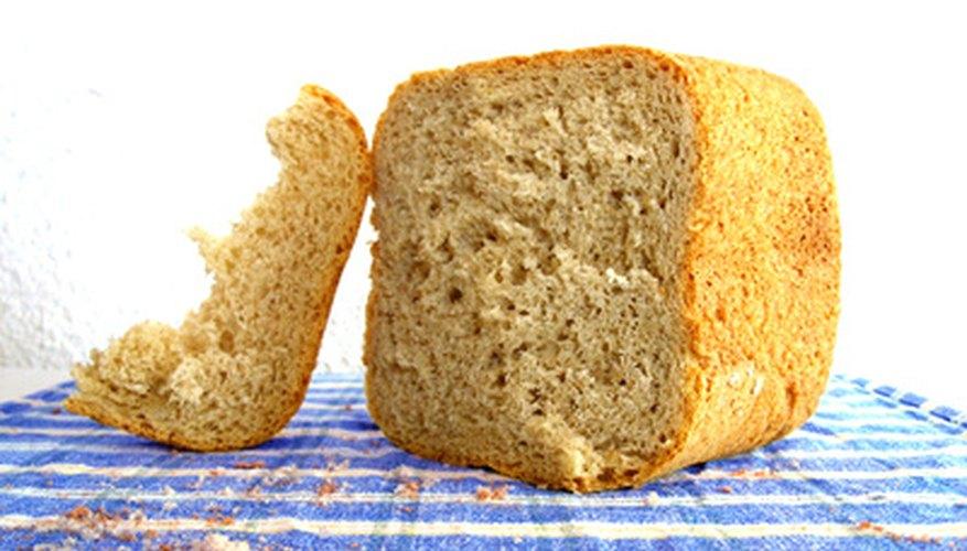 El moho crece rápidamente en el pan casero.