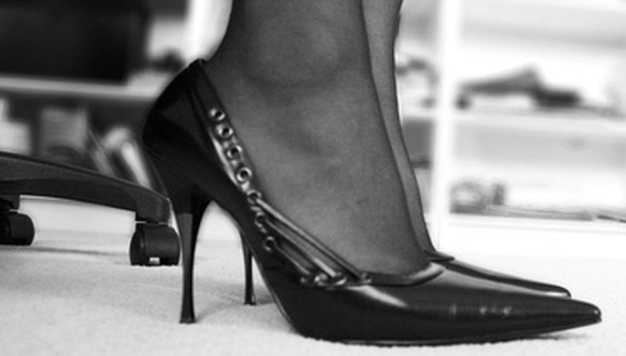 Los zapatos de tacón aguja tienen tacones finos y puntiagudos que pueden desgastarse rápidamente si no tienen tapas que los protejan.
