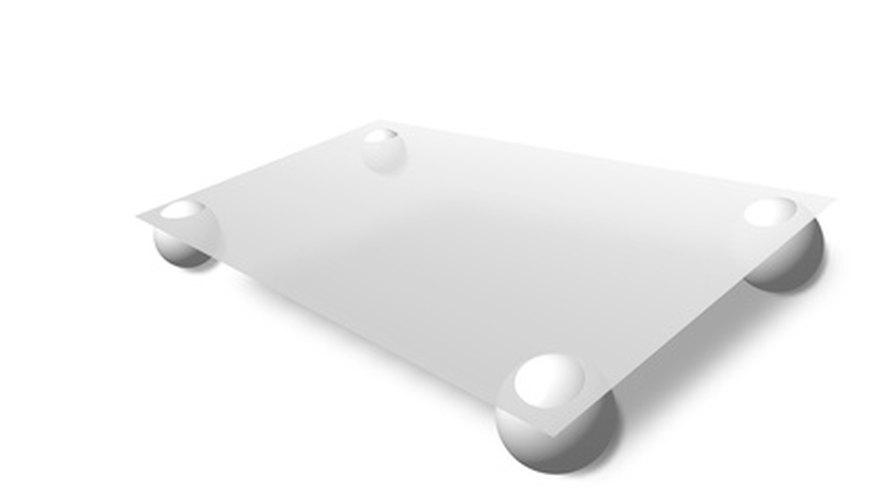 Mide el vidrio antes de ponerlo en las mesas para asegurarte de que tiene el tamaño correcto.