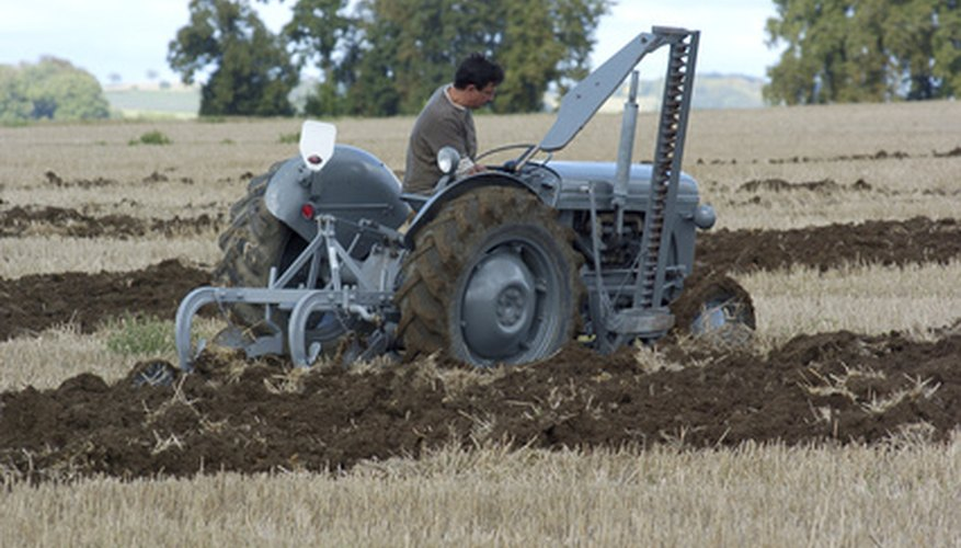El motocultor agita y mezcla el suelo para preparar la siembra.