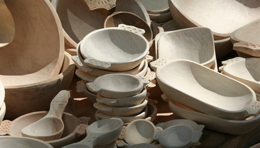 La madera cobra vida con el uso de herramientas de tallado y grabado.