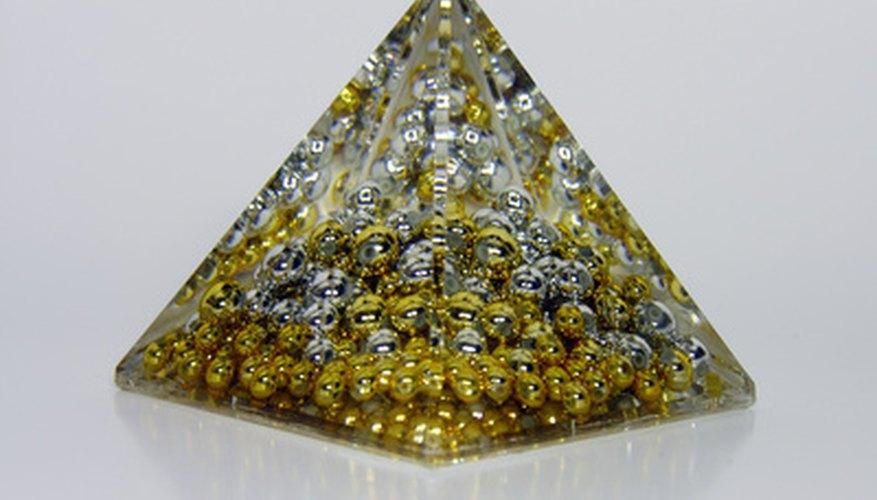 Una pirámide triangular tiene un triángulo como su base.