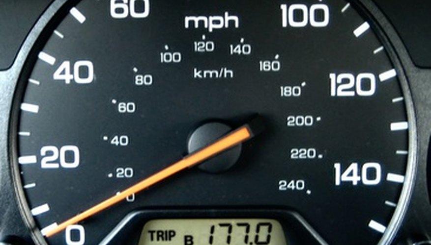 Un velocímetro es una parte común del panel de instrumentos del tablero.