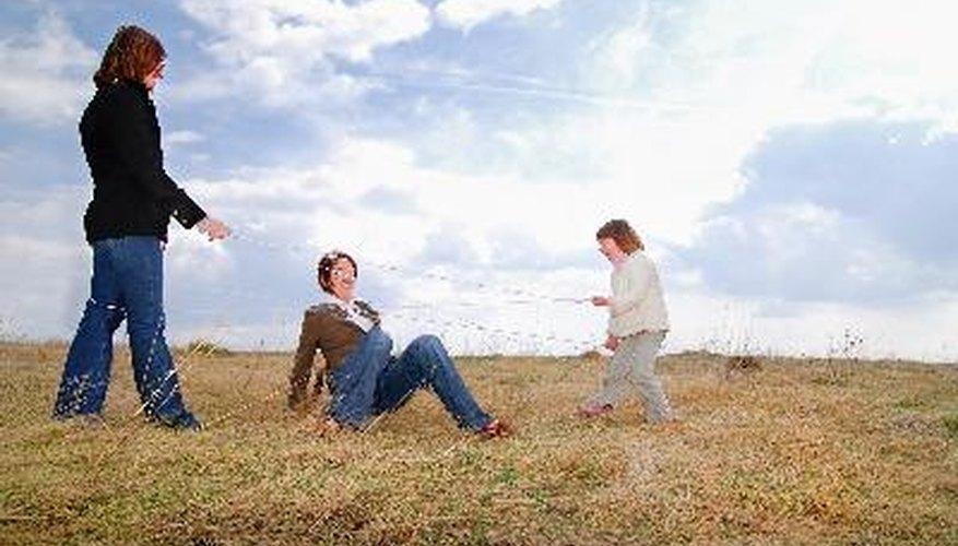 Mujeres jugando al aire libre.