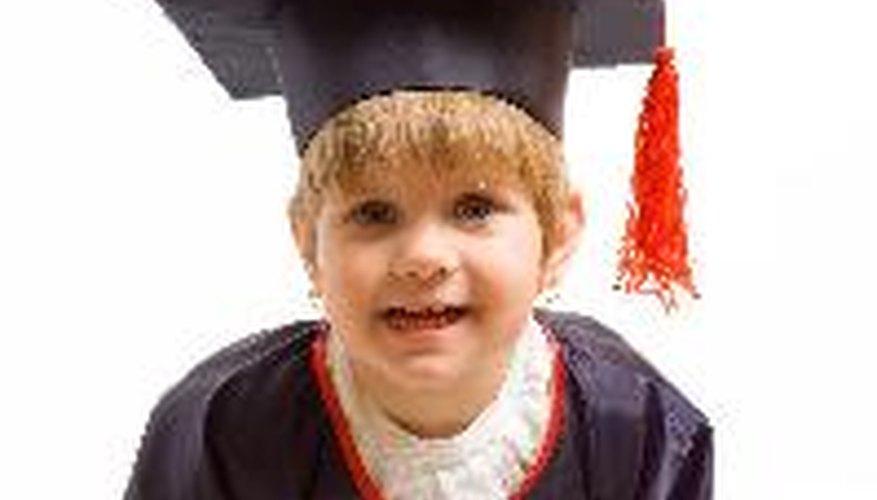 Graduarse del preescolar es una ocación festiva para el graduado.