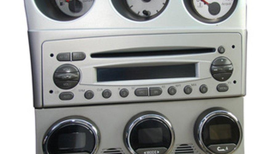 El tablero de instrumentos contiene la radio, los controles de la calefacción y otros componentes.