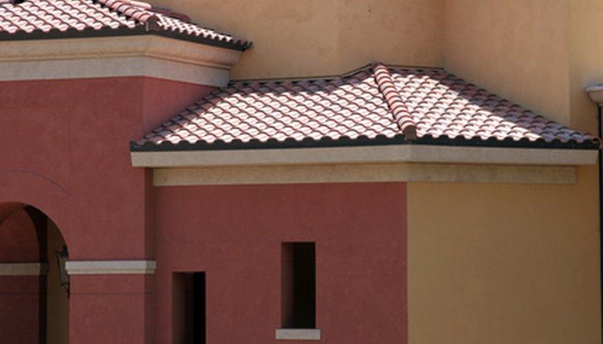 Los techos bajos, ventanas pequeñas, arcos y tonos terrosos son características conocidas de la arquitectura toscana.