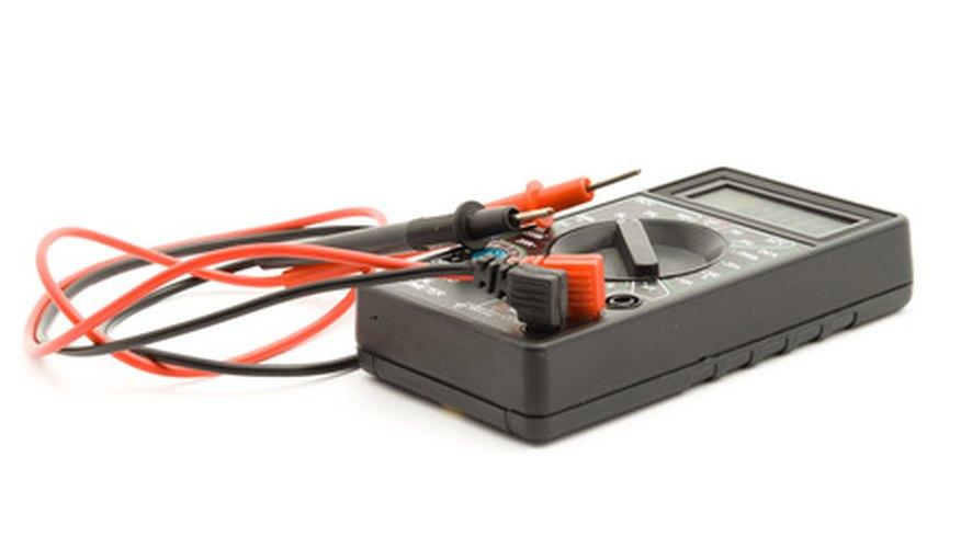 Usa un multímetro digital para probar los dispositivos eléctricos.