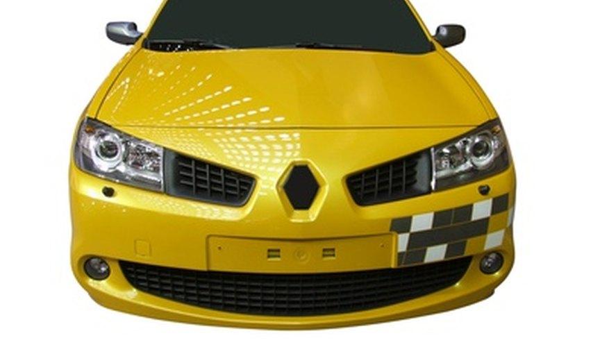 Entra en la Renault con el fin de trabajar desde el interior.