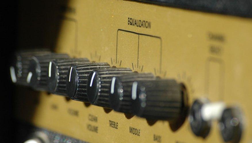 Un amplificador de potencia amplifica una señal de sonido.