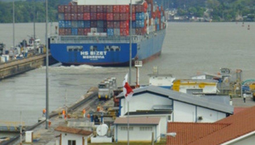 Un buque transita el Canal de Panamá.