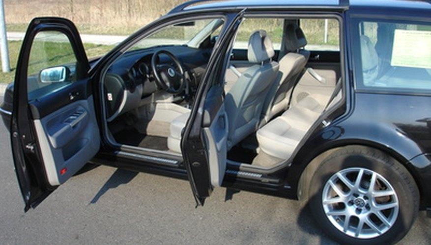 Reemplazar los pernos de la bisagra de la puerta de un auto es un proceso barato.