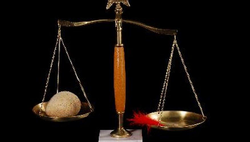 A diferencia de una báscula, que mide el peso, la balanza mide la masa de un objeto.