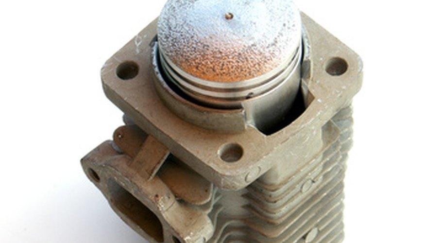 Los anillos de los pistones son como dos bandas estrechas alrededor del cilindro.