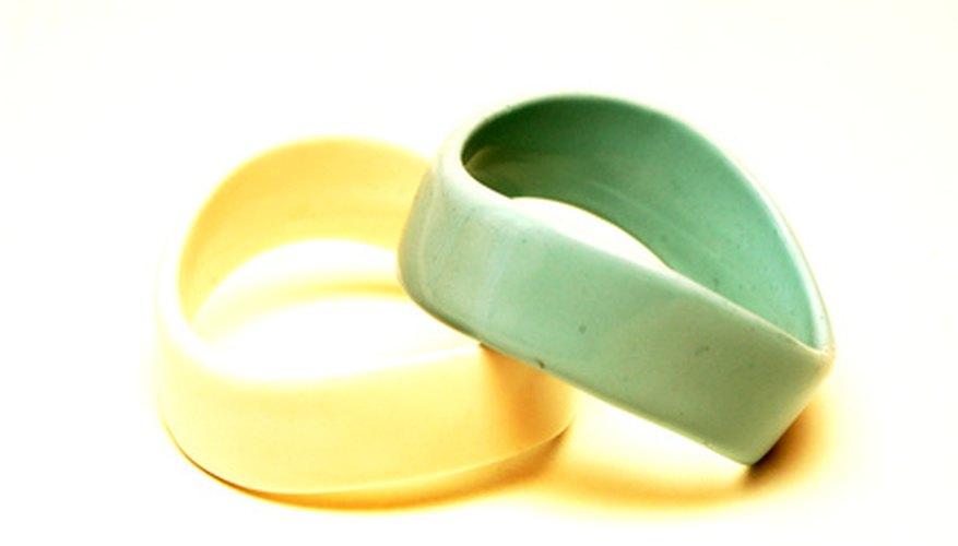 Repara tu joya de goma favorita cuando se rompa.