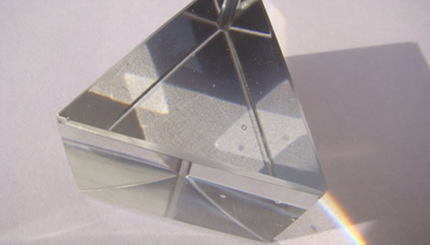 Los prismas son formas tridimensionales con una base superior e inferior y caras laterales en igual número al número de lados de la base.