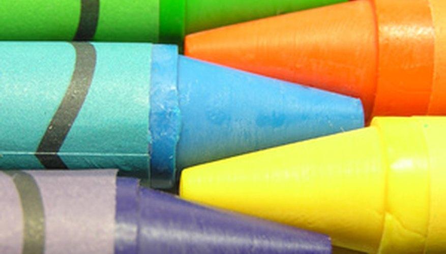 Saca los lápices de cera y ayuda a tu hijo a hacer un libro para el abuelo y la abuela.