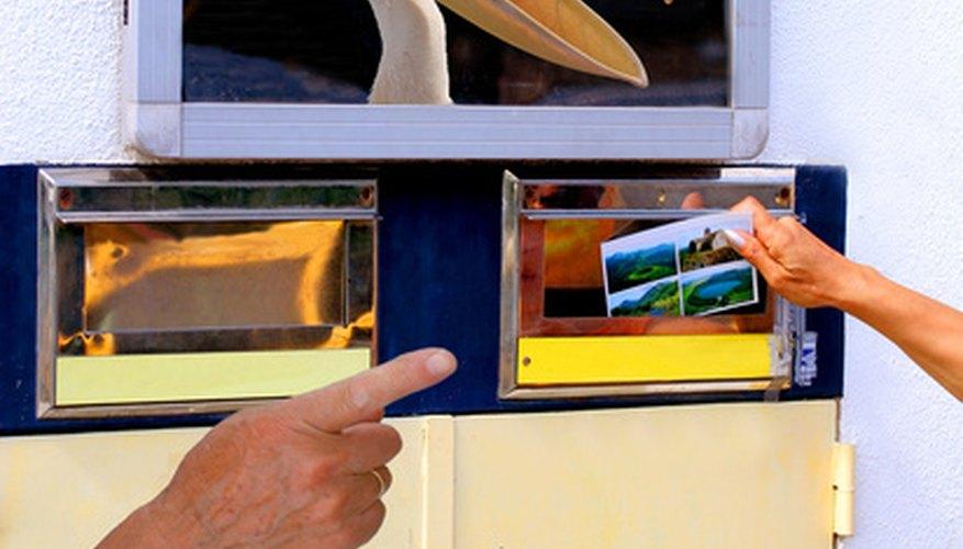 Enrolla el póster de extremo a extremo con fuerza suficiente para que quepa dentro del tubo con espacio de sobra.