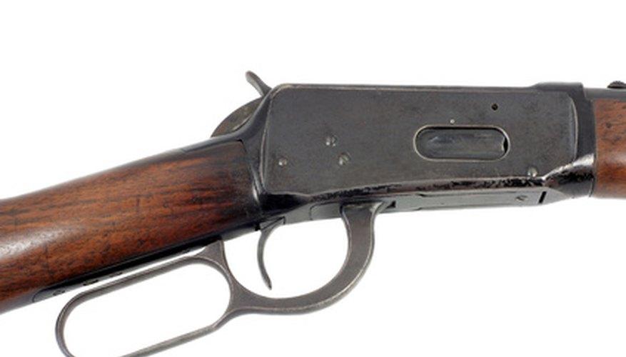 En un rifle Winchester de acción a palanca, la mira debe estar montada ligeramente hacia un lado.