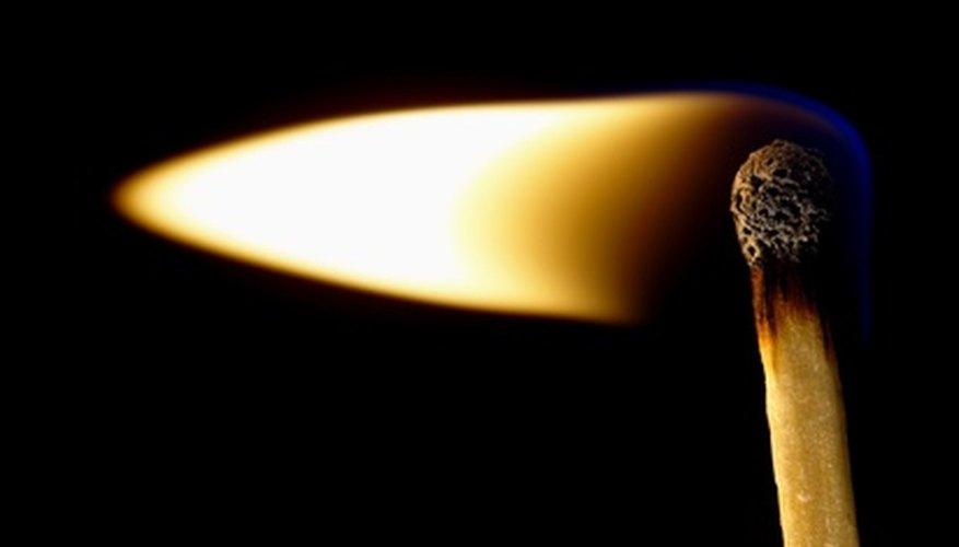 Un cerillo encendido transforma la energía química en energía de calor y luz.