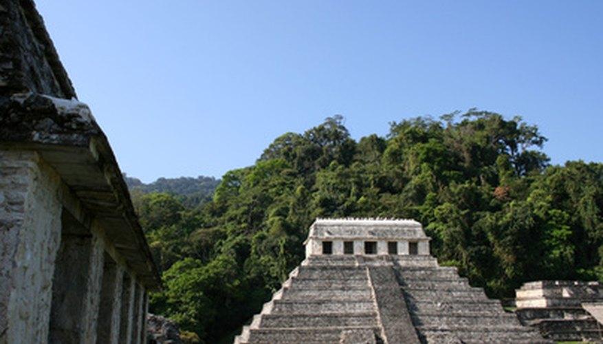 Las pirámides mesoamericanas eran pirámides escalonadas con un templo en la parte superior.