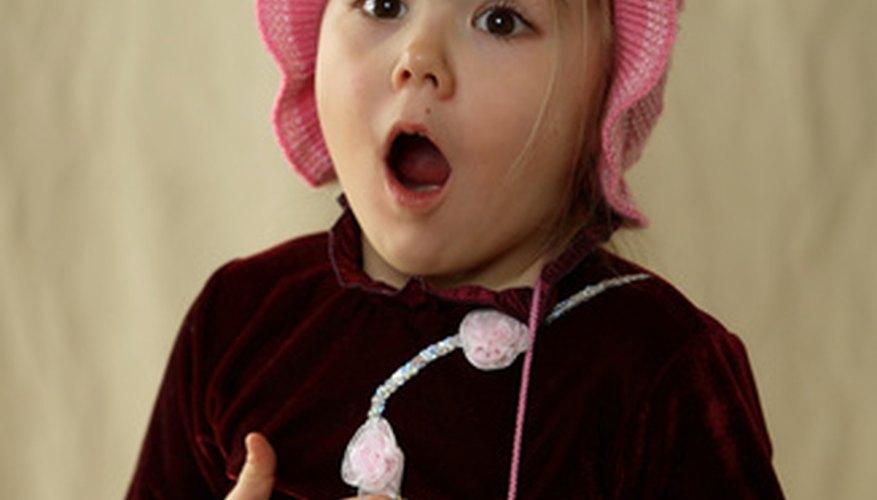 A medida que los niños combinan historias con acciones, establecen el uso del lenguaje y su significado.