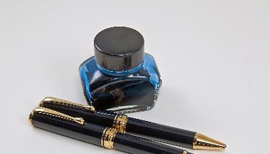 La pluma se carga con tinta sumergiéndola en una botella