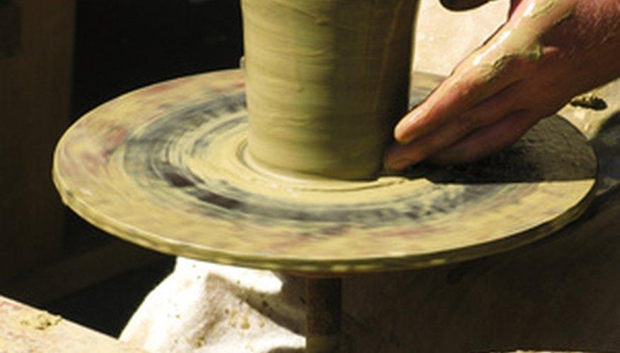 La alfarería es el proceso de transformación de barro crudo en un tazón.