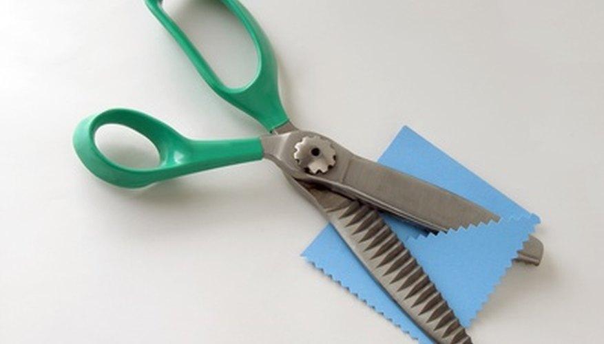 Las tijeras dentadas con bordes cortados en zig zag, hacen tejidos con menos probabilidades de deshilarse y proveen de cortes decorativos para proyectos de artesanía.