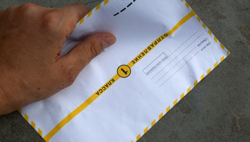 Las cartas empresariales deben comenzar y terminar con un saludo formal.