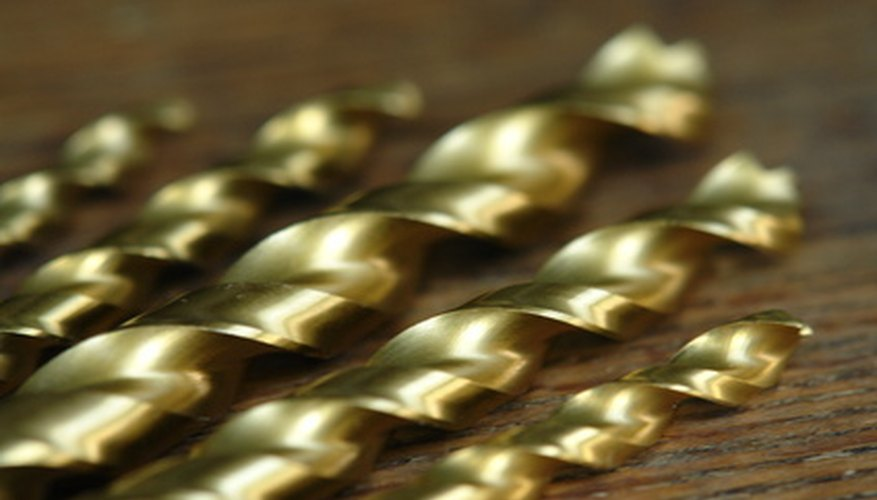 Reducir la fricción con un fluido para cortes y una velocidad lenta de perforación incrementará la vida de tus brocas cuando perfores una placa de metal.