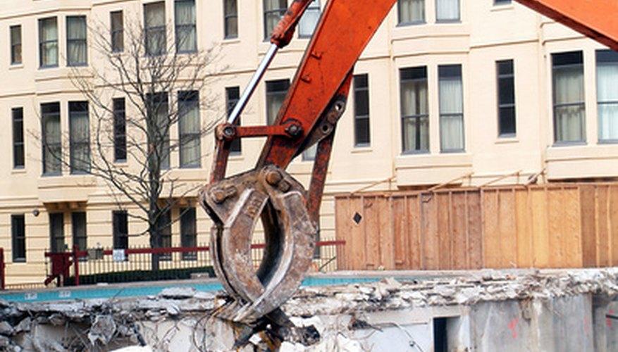 Algunos de los costos de construcción se aplican a un proyecto específico, mientras que otros se aplican a la empresa de construcción en su conjunto.