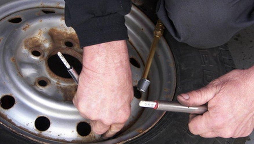 Ajusta los frenos traseros en un Ford Escort.