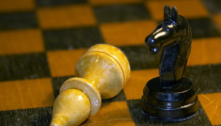 El juego de ajedrez es un pasatiempo jugado por dos competidores.