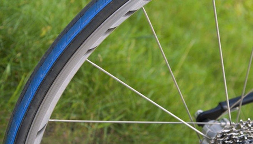 Los rayos ampliamente espaciados de una bicicleta se encuentran normalmente en las ruedas de una bicicleta de carretera.