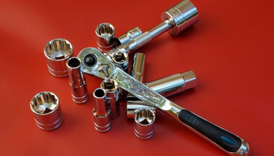 Utiliza tu llave de tubo con el calibre de torsión angular para apretar correctamente los tornillos del componente.