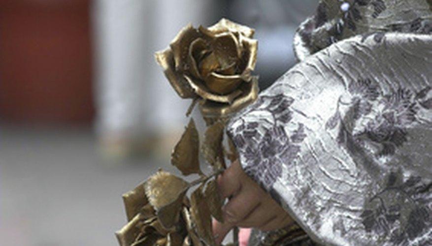 Las rosas bañadas en oro son una lujosa adición al arte de obsequiar flores.