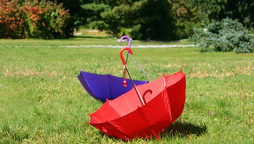 En primavera, crea una embarcación con un paraguas al revés y flores de papel.