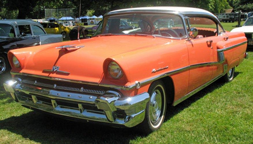 En los autos viejos se pueden acumular gases en el carburador, causando un olor a gas.