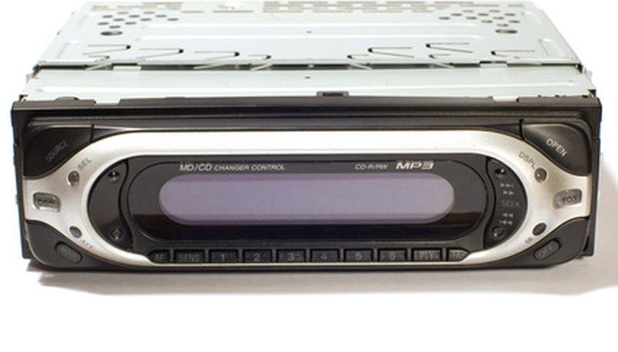 Cuando el reproductor de CD de un auto deja de funcionar, por lo general se debe a un problema simple que puede ser reparado.