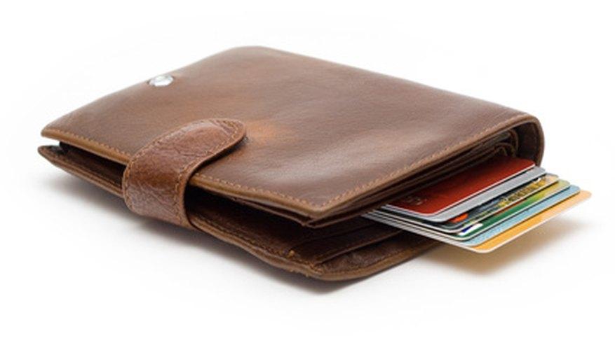 Llama a tu banco las 24 horas del día para reportar una tarjeta de débito perdida.