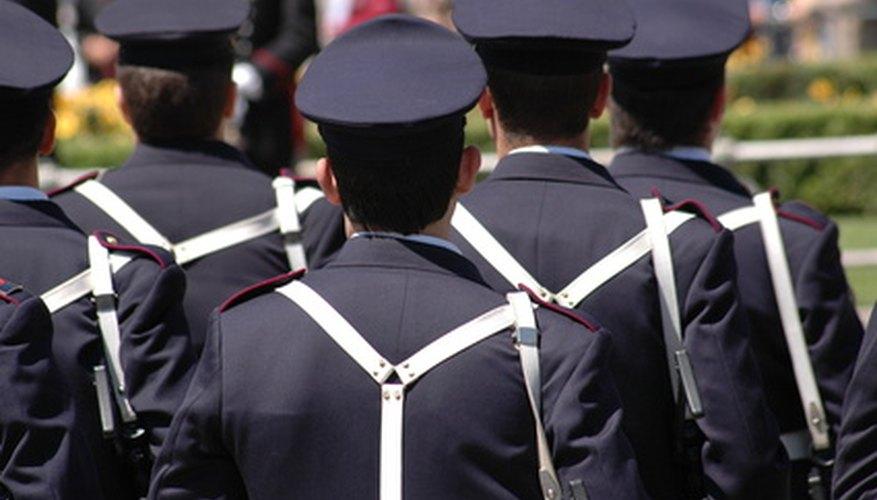 Las academias de policía enseñan habilidades necesarias para la aplicación de la ley.