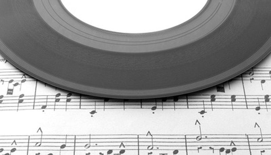 Muchas personas disfrutan al escuchar discos en vinilo.