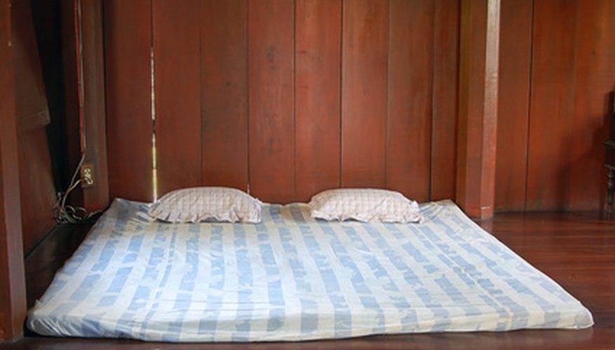 Un colchón de futón super fino en necesidad de relleno adicional.