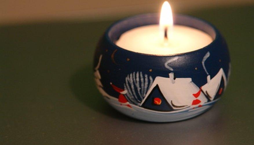 Añade imágenes a las velas antes o después de vertirlas.