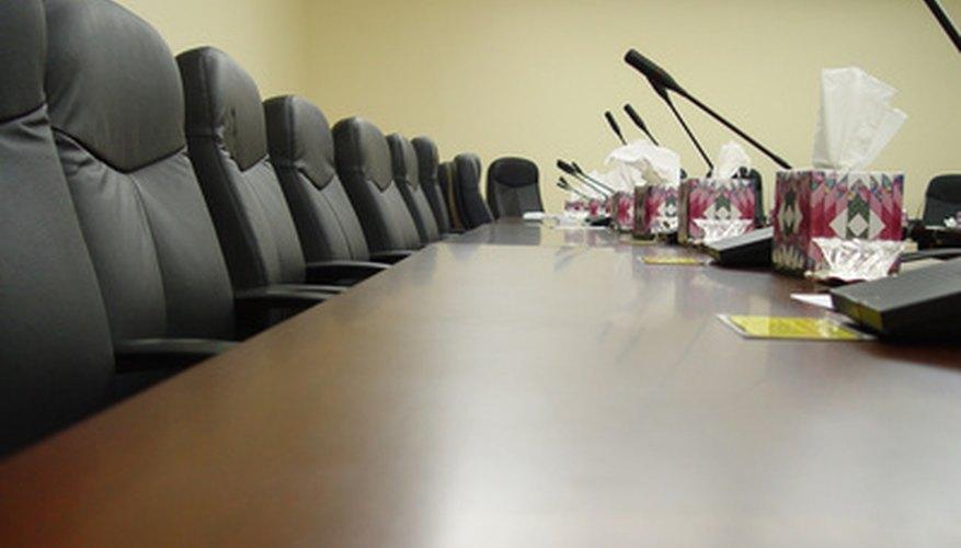 La junta directiva supervisa las operaciones de una organización.