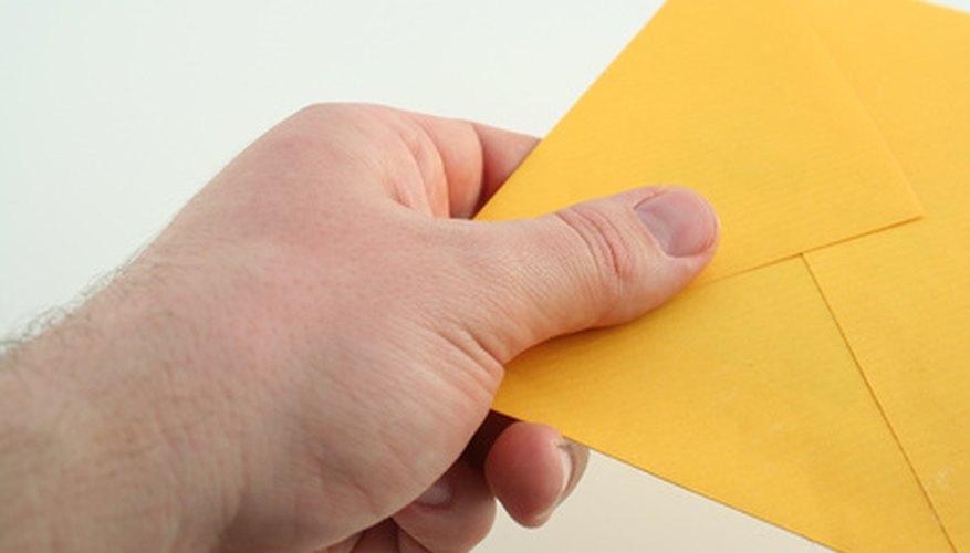 Deja invitaciones para eventos de la empresa en el buzón de la oficina de cada empleado.